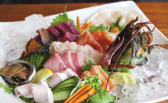 鮮活伊勢龍蝦與生魚片拼盤